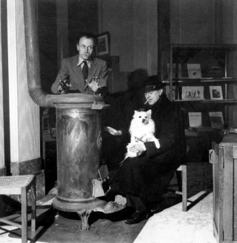 Paul Delvaux photographié en compagnie de René Magritte, 1944